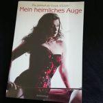 """Cover von """"Mein heimliches Auge"""". Zu sehen ist eine Dame mit langem welligem Haar und einer Corsage in schwarz-rot. In der rechten Hand hält sie eine Gerte."""
